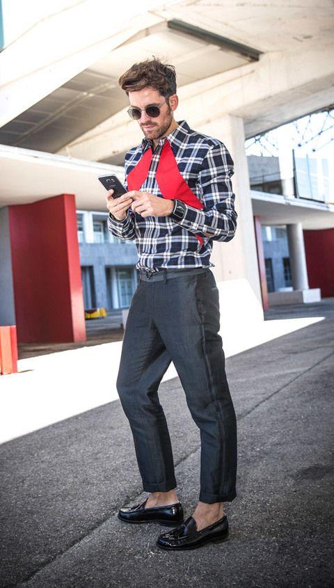 <p>Alberto revisa la agenda del día en su nuevo&nbsp;<strong><strong>Samsung Galaxy S6 edge +</strong> </strong>cuyo diseño va perfectamente a juego con un look perfecto con toques de estilo: camisa de Givenchy, pantalón de Lanvin, zapatos de Yves Saint Laurent y gafas de sol de Ray Ban.&nbsp;</p>