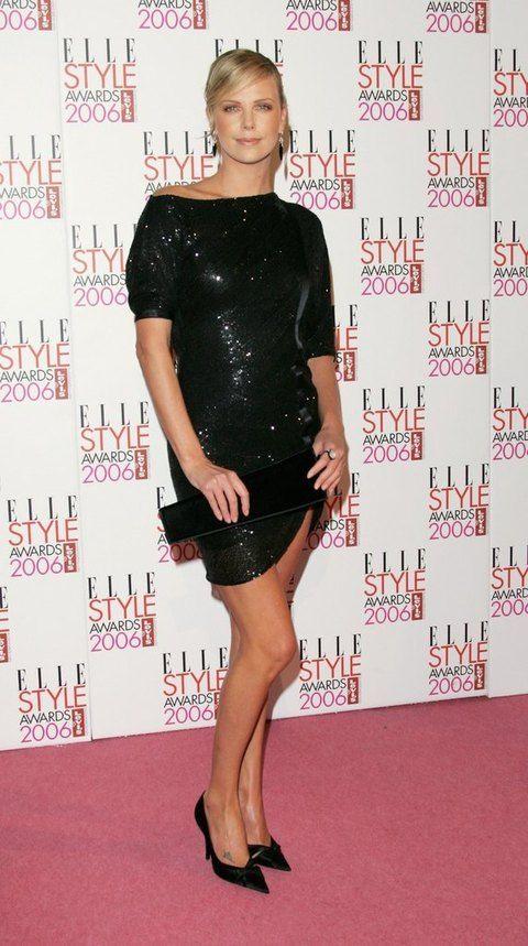 <p>En 2006 <strong>Charlize Theron</strong> acudió a los premios con un 'total black look' con minivestido de lentejuelas. Con ella menos es siempre más.</p>