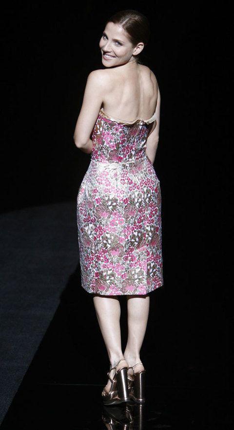 <p>Acudió al <i>front row</i> de otoño de <strong>Dolce &amp; Gabbana</strong> en Milán con este coqueto modelo floreado palabra de honor.</p>
