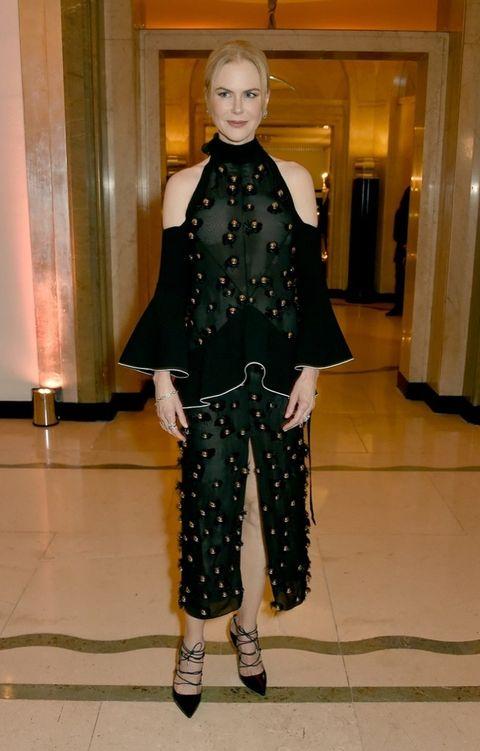 <p>Un arriesgado diseño de<strong> Proenza Schouler</strong> en negro y verde con volantes y detalles dorados fue la apuesta de&nbsp;<strong>Nicole Kidman</strong>.</p>