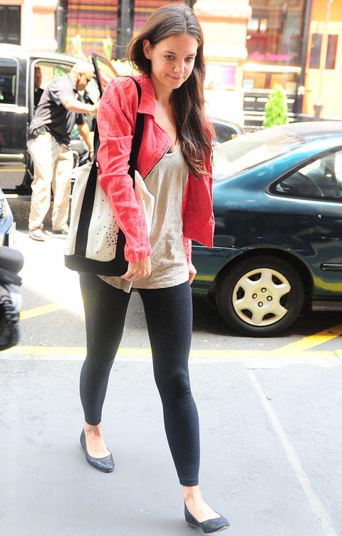 <p>Su street style ha variado un poco y se ha vuelto algo más rockera. Con leggings negros, camiseta básica de tirantes, bailarinas, bolso blanco y negro con print de manchas de pintura y cazadora roja.</p>