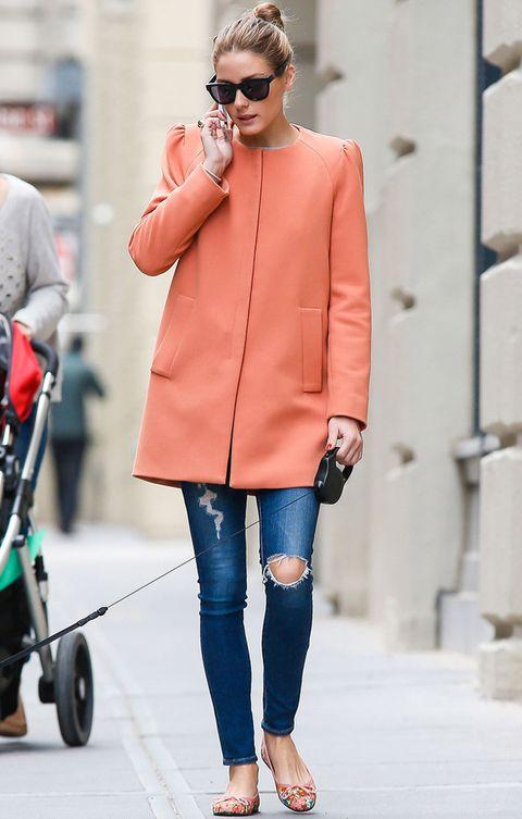 <p>Fichamos este outfit de 10 by<strong> Olivia Palermo</strong> con&nbsp&#x3B;abrigo lady naranja de <strong>Zara</strong>, pitillos denim y bailarinas multicolor. Todo un acierto también el moño top knot.</p>