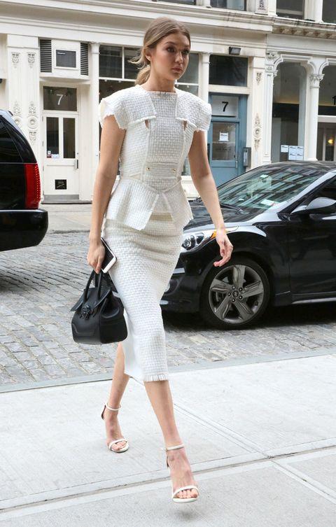 <p><strong>Gigi Hadid</strong> sabe sacar su lado más elegante gracias a este look dos piezas en blanco de <strong>Roland Mouret</strong> con sandalias minimal y bolso de mano negro.&nbsp;</p>