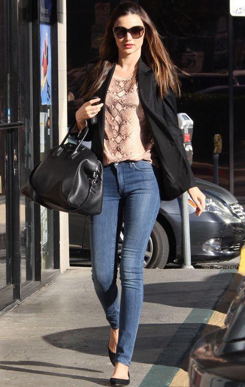 <p>Aunque de noche siempre acierta, donde más nos gusta la top es en sus looks de calle. Con poco consigue un look 10: jeans pitillos, blusa con print de pitón, blazer negro más bailarinas y maxibolso de mano también en negro.</p>