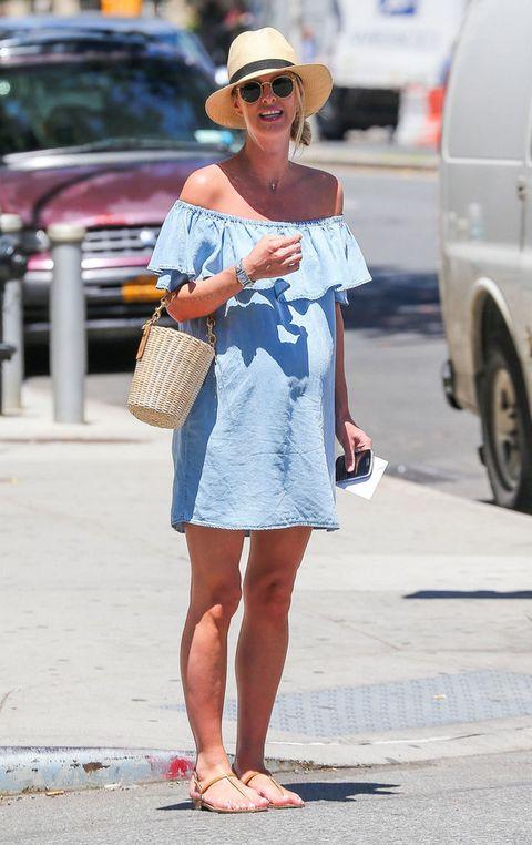 <p><strong>Nicky Hilton</strong> sí que sabe defender unlook de calle premamá. Con vestido denim de escote Bardot a la última, sandalias planas, bolso tipo cesto y sombrero.</p>
