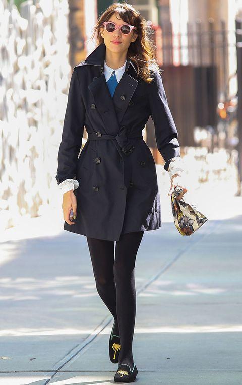 <p>El trench es la chaqueta de entretiempo más recurrente para el otoño, sobre todo en los días de lluvia. <strong>Alexa Chung</strong> luce el suyo en azul marino con unos originales slippers con print de palmera.</p>