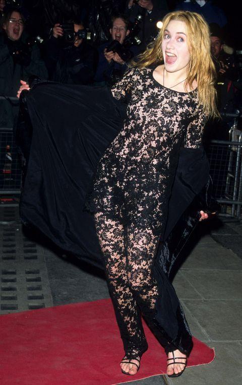 <p>Nada que ver con sus looks actuales esta imagen de la actriz posando muy divertida con un vestido negro de encaje transparente.</p><p>&nbsp;</p>