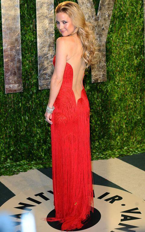 <p><strong>Kate Hudson</strong> está impresionante con este diseño vintage de escote infinito en rojo y falda de flecos de <strong>Versace</strong>.</p>