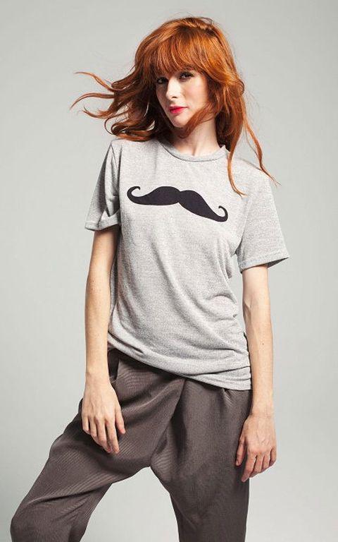 <p>Camiseta básica '<strong>Roxane</strong>' en gris con el bigote que ha triunfado entre las 'celebs' impreso en la parte central (56 €).</p>