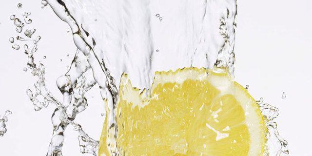 ¿Por qué beber agua con limón en ayunas?