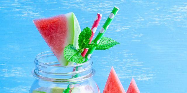 Los beneficios del agua con sabor
