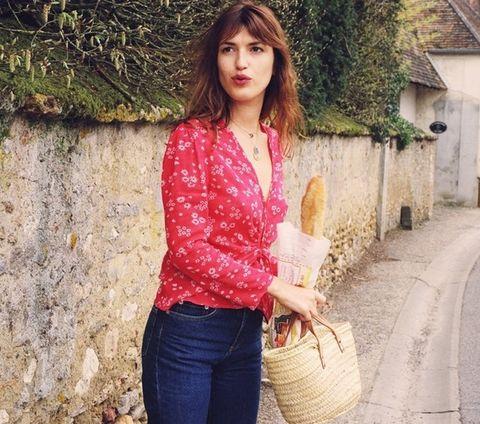 """<p>Melena despeinada, labios rojos y una actitud deliciosamente <i>effortless</i> son las principales señas de identidad de esta estilosa parisina. En su armario estival no faltan las blusas florales relajadas, los <i>jeans</i> <i>vintage</i> y los capazos de paja, una combinación ideal para poner en práctica en los días más frescos de verano. Foto: <a href=""""http://www.rouje.com"""" target=""""_blank"""">Rouje</a></p>"""