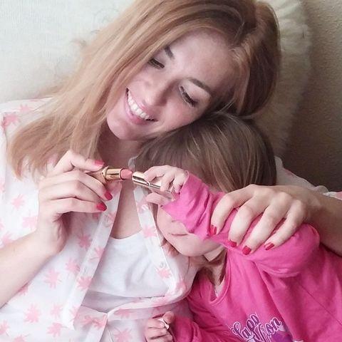 """<p>La bloguera <a href=""""https://instagram.com/mariposasenelarmario/"""" target=""""_blank"""">@mariposasenelarmario</a> y su preciosa sobrina prueban la barra de labios Color Riche 303 Rose Tendre de L'Oréal.</p>"""