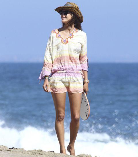 <p>La modelo<strong> Alessandra Ambrosio</strong> es todo un referente en looks de playa. Cómoda para pasar un rato jugando a las palas con un minivestido de rayas tie dye y un sombrero de rafia.</p>