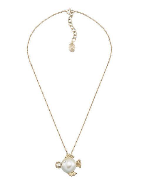 <p>La perla es la base de la recreación de <strong>Piscis</strong>, el signo de agua más místico del zodiaco.</p>