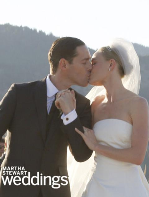 <p>La sorprendente boda de <strong>Kate Bosworth</strong> conMichael Polish, la hemos visto gracias a las fotos de su planner Martha Stewart. Lo que vemos de su vestido, un corte clásico palabra de honor.</p>