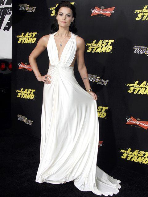 <p><strong>Jaimie Alexander</strong> se convierte en toda una novia de alfombra roja con este vaporoso vestido de tirantes con profundo escote abierto en los laterales de <strong>Marc Bouwer Pre-Fall 2012</strong>.</p>