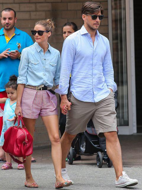 <p><strong>Olivia Palermo</strong> firma este perfecto street style con camisa denim, short a cuadros, bailarinas multicolor y bolso rojo de mano. No necesitas más para dar un tranquilo paseo por la ciudad.&nbsp;</p>