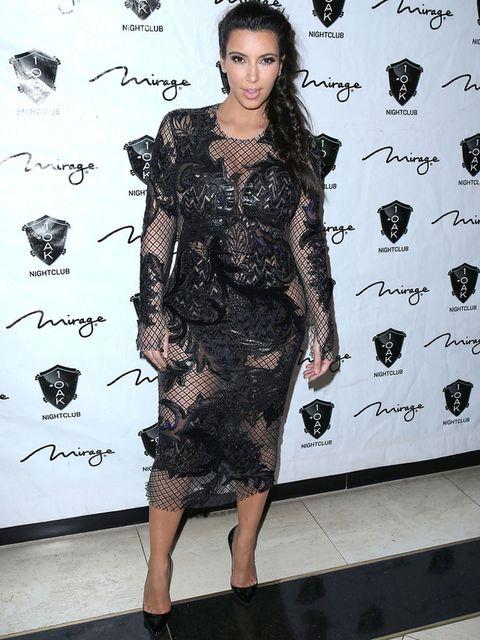 <p><strong>Kim Kardashian</strong> se apunta al estilo barroco pero no acierta con este vestido midi semitransparente de rejilla con aplicaciones en negro. El resultado es un look demasiado recargado.</p>