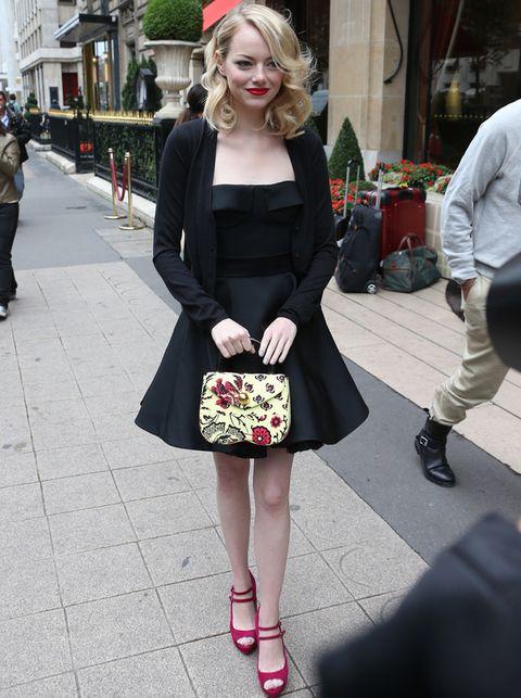 <p>En la Semana de la Moda de París,<strong> Emma Stone</strong> escogió este look para asistir al desfile de Miu Miu con un LBD negro de falda con vuelo, bolso naïf y sandalias peep toe con tacón y doble hebilla.</p>