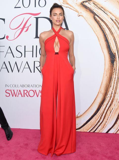 <p><strong>Irina Shayk</strong> muy sensual con un mono rojo de escote cruzado de <strong>Misha Nonoo</strong>.</p><p></p>