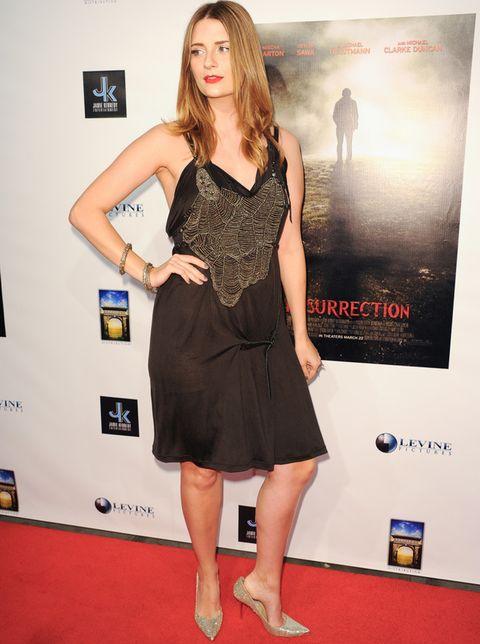 <p><strong>Mischa Barton</strong> sigue en su línea de estilismos para olvidar. ¿El último? Este vestido negro drapeado de tirantes con detalle malla en el escote.</p>