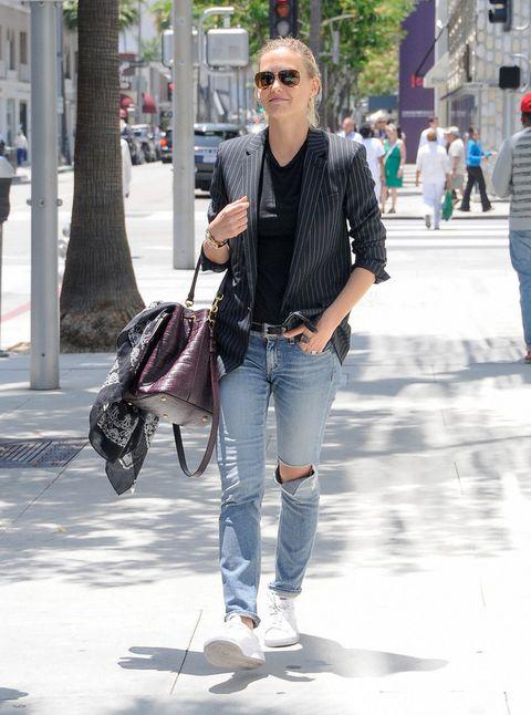 <p>Para el día a día mezcla elegancia y estilo casual gracias a looks como este con blazer a rayas, vaqueros y zapatillas blancas.</p>