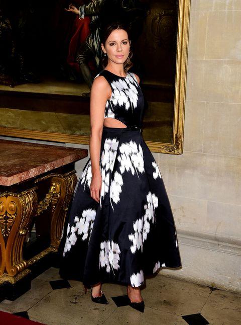 <p>En blanco y negro con un vestido años 50 con aberturas laterales en el cuerpo vimos a <strong>Kate Beckinsale</strong>.&nbsp;</p>