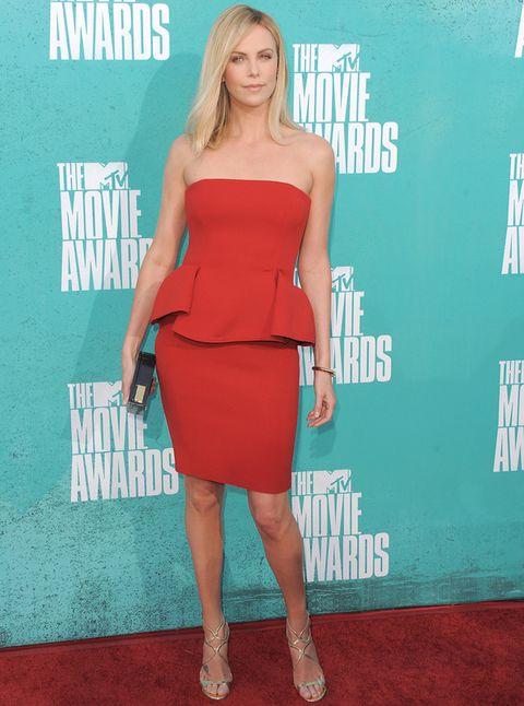 <p>No hay tendencia con la que no se atreva, por eso no se le resiste este vestido strapless con peplum y de color rojo de <strong>Lanvin</strong>.</p>