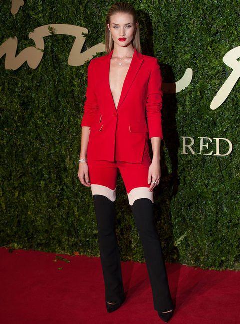 <p>El <strong>traje</strong> de chaqueta es un <strong>clásico</strong> que no falla. Puedes lucir uno rojo completamente u otro que incluya algún color más como hace la modelo. Nosotras apostamos por la monocromía del vermellón, ¡nos encanta!</p><p>Es diferente, no es un vestido, y puedes darle un toque 'hot' sin nada debajo o elegir la elegancia discreta con un top debajo de la americana.</p>