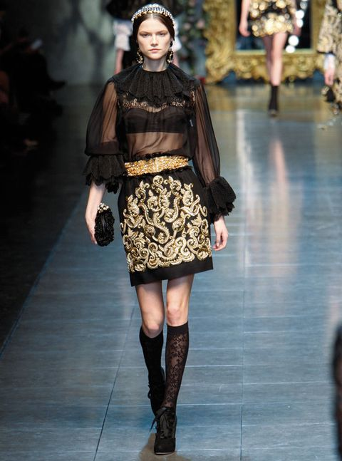 <p>La firma de los modistos italianos es la gran avanderada del estilo barroco esta temporada. Falda bordada en oro, con camisa transparente con puntilla y fantásticos cinturón y clutch construidos con pedrería.</p>
