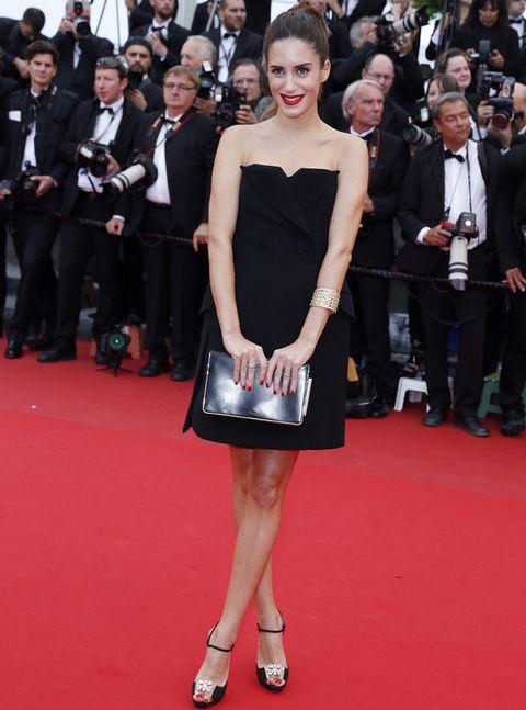 <p>En la edición de este años de Cannes vimos a la blogger muy chic con un minivestido negro palabra de honor de <strong>Dior</strong>, cartera en plata y sandalias negras con detalle floral.</p>