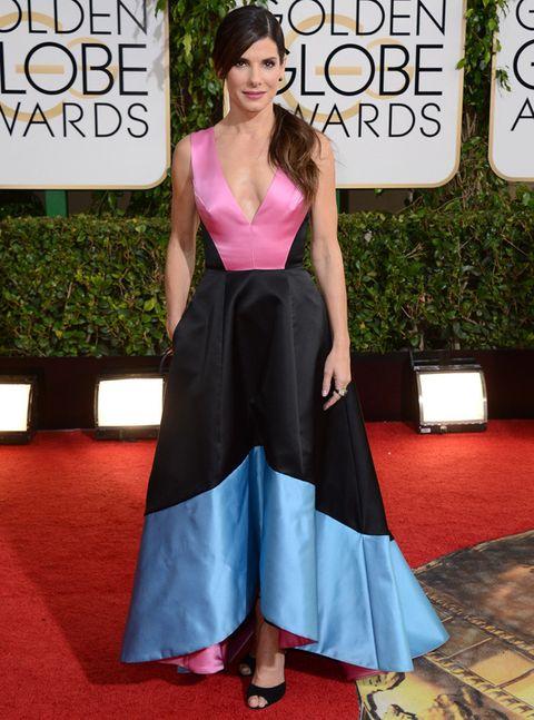 <p><strong>Sandra Bullock</strong> apostó por un original diseño tricolor en rosa, negro y azul asimétrico de <strong>Prabal Gurung&nbsp;Pre-Fall 2014&nbsp;</strong>que completó con unas sencillas sandalias negras de tiras.</p>