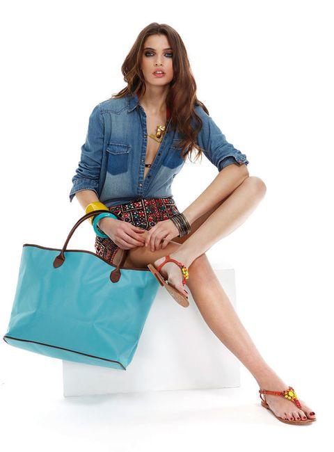 <p>Nuestra modelo combina el<strong> bolso ELLE</strong> en tono turquesa con camisa de Zara Jeans, 'shorts' estampados de Ralph Lauren Denim & Suply, sujetador negro de Calvin Klein Underwear, colgante de Jaure Design, pendientes de Tous, pulseras de El Corte Inglés y las de pasta de Teria Yabar y sandalias planas de Gioseppo.</p>