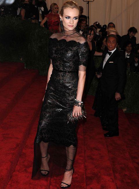 <p>Una vez más, <strong>Diane Kruger</strong> fue una de nuestras favoritas con un total black look muy acorde con la temática punk de la fiesta. Eligió un vestido midi de escote barco con gasa semitransparente y bordados de strass de<strong>Chanel Haute Couture</strong> que combinó con unas sandalias minimal al tobillo, clutch de pinchos y joyas de <strong>Jacob & Co</strong>.</p>