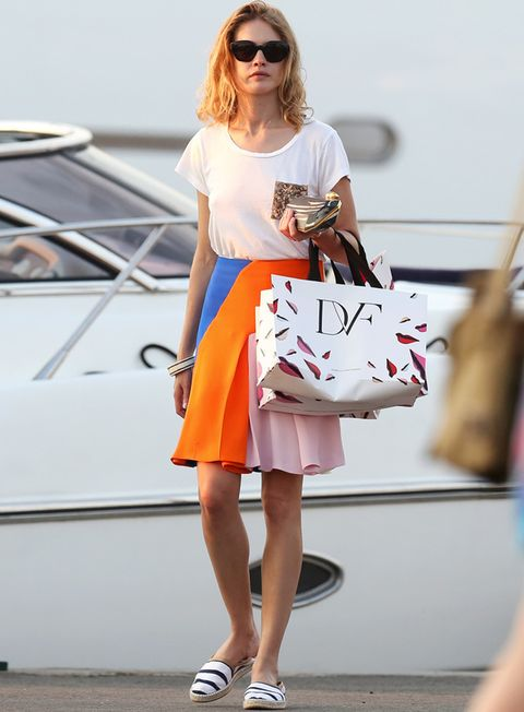 <p>En cambio&nbsp;<strong>Natalia Vodianova</strong> no acierta con su look de calle. No terminamos de ver la combinación entre la falda de <strong>Christian Dior</strong> y las apalgartas de rayas marineras.</p>