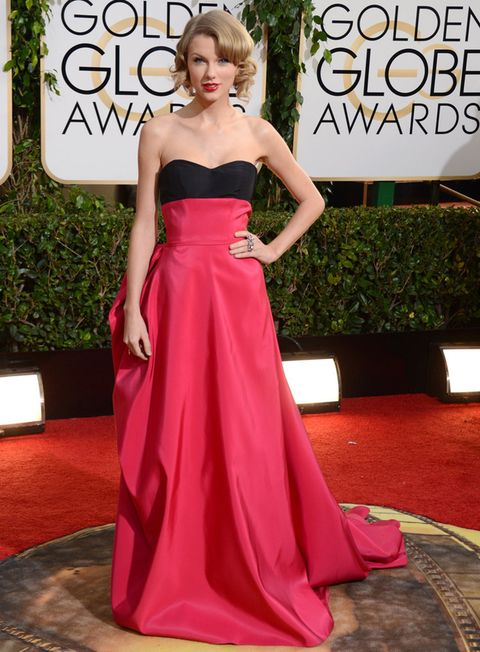 <p>Un diseño sofisticado bicolor con drapeado efecto polisón en la espalda, de la colección prefall 2014 de Carolina Herrera fue el elegido por <strong>Taylor Swift </strong>para acudir la gala de los Globos de Oro.</p>