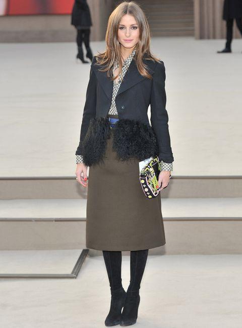 <p>Más invernal vimos a<strong> Olivia Palermo</strong> con falda militar midi, botas y original chaqueta con plumas.<strong> Nos gustó...</strong> su camisa estampada y el clutch étnico multicolor.</p>