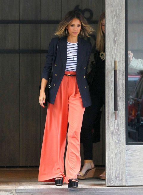 <p>Si eres de las que piensas que una camiseta de rayas es demasiado informal para ir a trabajar, fijate en el estilo de <strong>Jessica Alba</strong> con pantalones palazzo, blazer y plataformas. Cambiarás de opinión seguro.</p>
