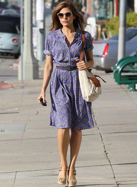<p><strong>Eva Mendes</strong> también apuesta por los vestidos estampados, esta vez en verde y violeta, con accesorios de piel y rafia.</p>