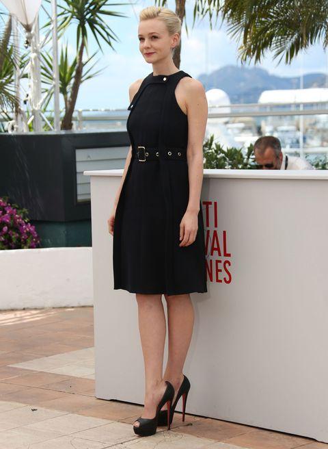 <p>En el pasado Festival de Cannes, <strong>Carey Mulligan</strong> lució un sencillo LBD sin mangas, con cinturón y unos <i>peep toe</i> con tacones de vértigo.</p>
