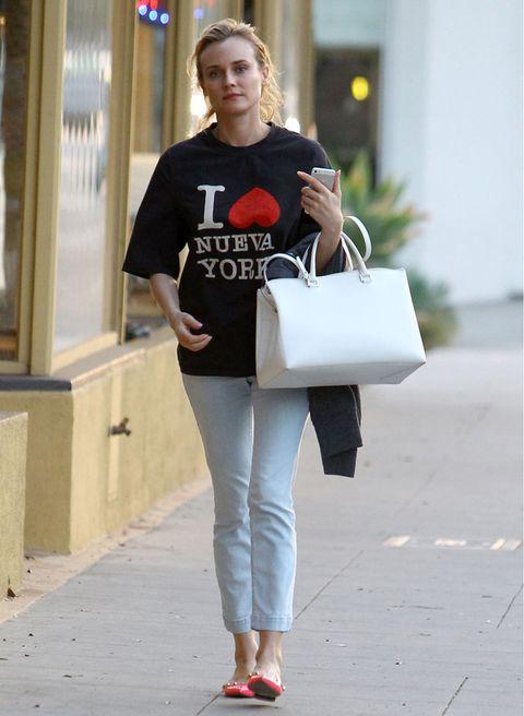 <p>La actriz reivindica su amor por la Gran Manzana pero en versión española, con esta camiseta de media manga que combina con vaqueros y bailarinas.</p>