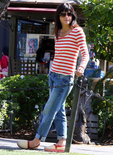 <p>Un estilismo tan desenfadado como acertado. <strong>Selma Blair</strong> sabe cómo llevar la camiseta de rayas roja y blanca: el vaquero resulta infalible, pero lo que le aporta un plus son las gafas rojas y ahumadas y las alpargatas en tejido natural y colores de la gama del rojo. Sencilla y perfecta.</p>