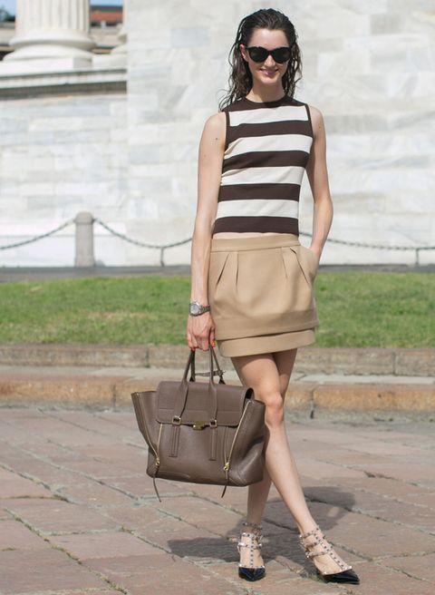 <p>La combinación de tonos marrones (nude, ocre, topo…) siempre funciona, y también en verano. Un crop top con una falda no excesivamente 'mini' da un aspecto serio y a la vez natural.</p>
