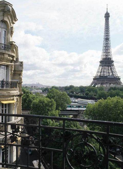 <p>La Torre Eiffel es la fantástica vista que se divisa desde el apartamento.</p>
