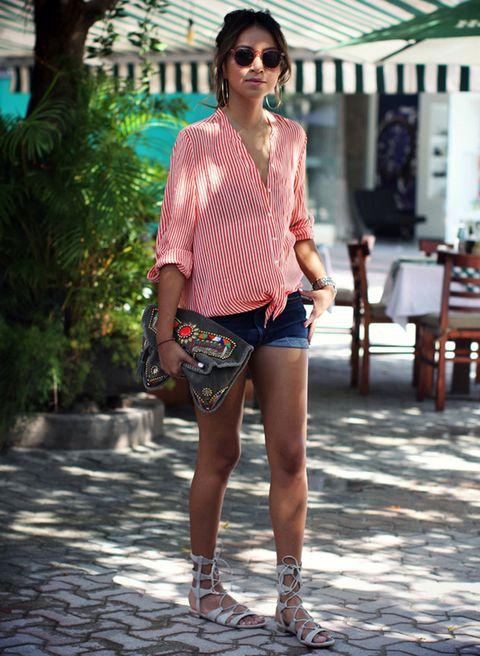 <p>Jules Sarinana da todo el protagonismo a la maxicartera en napa color topo y apliques metálicos y étnicos en un look sencillo de camisa de rayas y short.</p>
