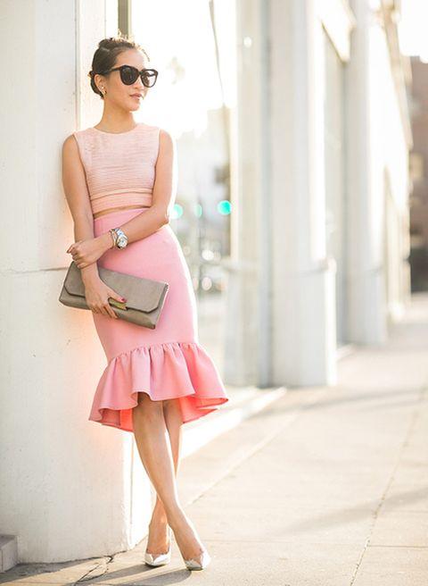 <p>Wendy Nguyen, de Wendy's Lookbook, se decanta por un 'look' romántico en tonos rosa y neutros, que completa con una maxicartera en color topo, muy elegante.</p>