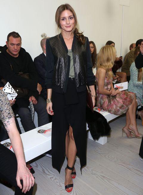 <p>Fiel a su estilo, la 'it girl' luce una cazadora negra 'glitter' con top verde caqui, falda larga con abertura en el centro y sandalias con cierre al tobillo.</p>