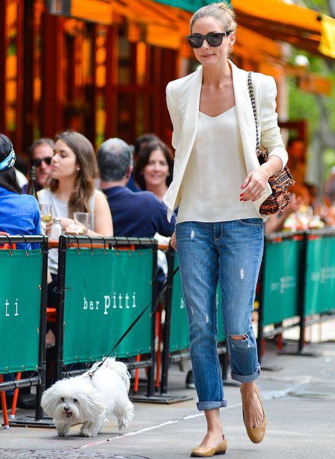<p><strong>Olivia Palermo</strong> sabe conseguir el perfecto equilibrio entre un look casual y chic. la 'it girl' combinó sus jeans con una camiseta holgada, blazer con hombreras, ambas piezas en tonos claro, y bailarinas de <strong>Pretty Ballerinas</strong>.&nbsp;&nbsp;</p>