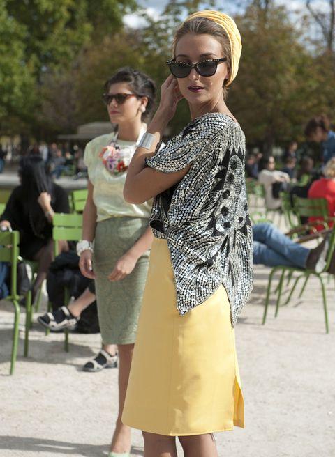 <p>¿Quieres ser la más <i>cool</i> del enlace? Nos encanta este <i>outfit</i> a lo Grace de Mónaco, con camisa de paillettes y falda y turbante en el mismo color amarillo.</p>